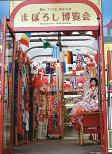 まぼろし博覧会はいくつかのゾーンに分かれています。密林にたたずむ大仏と古代文明、昭和の時代を通り抜け、悪酔い横丁、魔界神社・祭礼の夕べ、です。